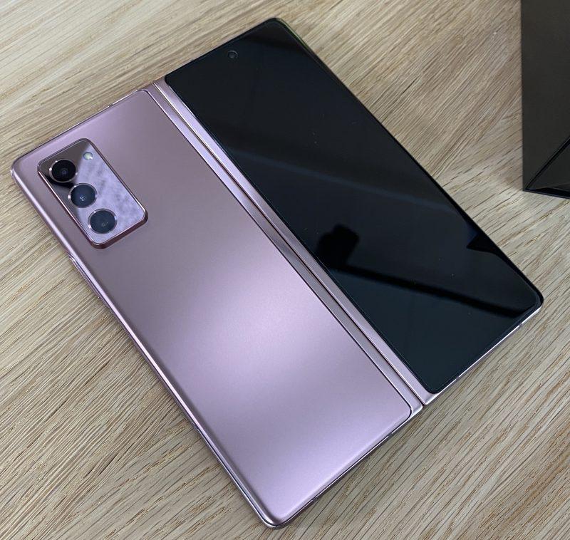 Mystic Bronze -värinen Galaxy Z Fold2.