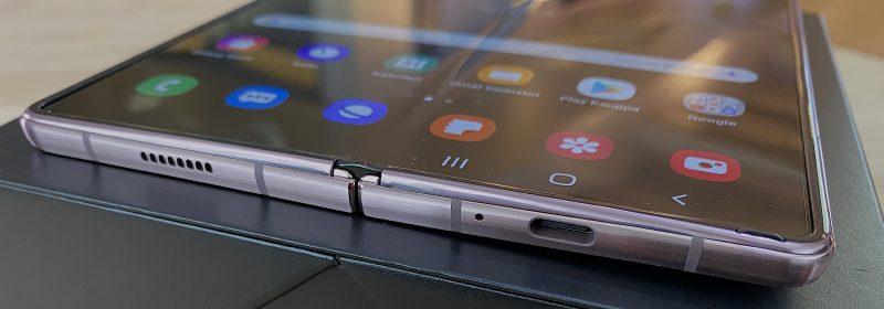 Galaxy Z Fold2:ssa on stereokaiuttimet ja USB-C-liitäntä.