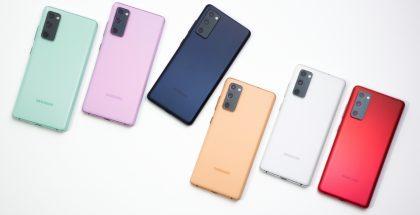 Galaxy S20 FE eri väreissä.