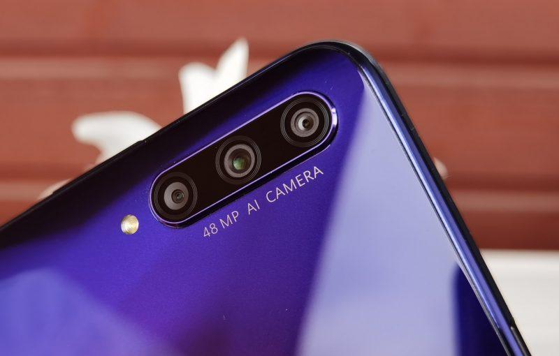 Takana on kolme kameraa, joista kahdella kuvataan.