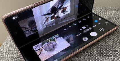 Kahteen osaan jakautuva Kamera-sovelluksen näkymä Galaxy Z Fold2:ssa.