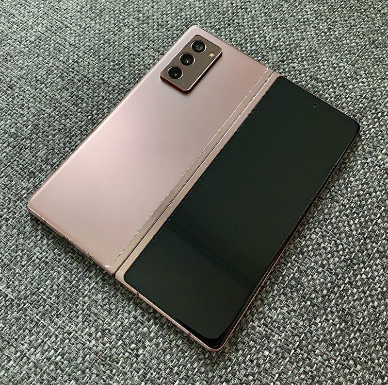 Galaxy Z Fold2 on tyylikäs Mystic Bronze -pronssivärissään. Mattaviimeistellyssä pinnassa ei juuri näy sormenjälkiä.