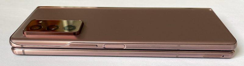 Galaxy Z Fold2:n oikealta kyljeltä löytyvät äänenvoimakkuuden säätöpainike sekä sormenjälkilukijan sisältävä virtapainike.