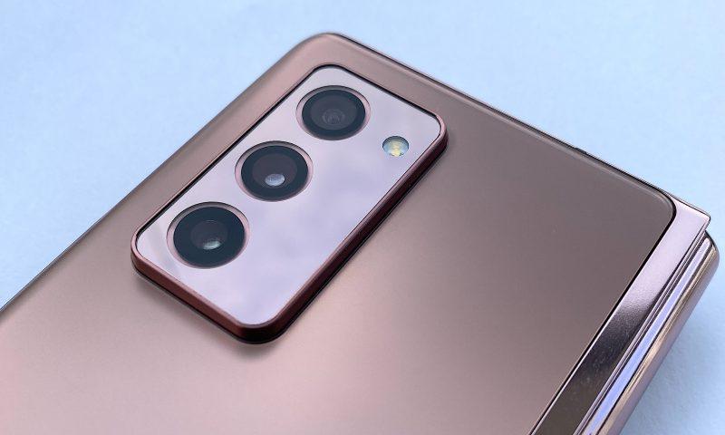Galaxy Z Fold2 on varustettu kolmella 12 megapikselin takakameralla. Kamera-alueen muotoilu on samanlainen kuin syksyn Galaxy Note20 Ultra -mallissakin: teräväreunainen kamerakohouma selvästi muusta takapinnasta.