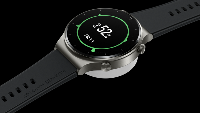 Huawei Watch GT 2 Pro latautuu induktiivisella latauksella.
