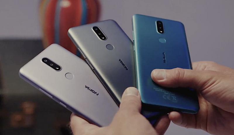 Nokia 2.4:n eri värivaihtoehdot.
