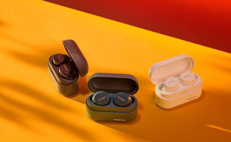 Nokia Power Earbuds Lite -kuulokkeet eri väreissä.