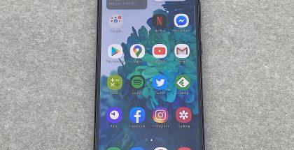 Galaxy S20 FE:n 6,5 tuuman Super AMOLED -näyttö on tasainen, ja reunukset ovat kalliimpia Samsung-malleja suuremmat.