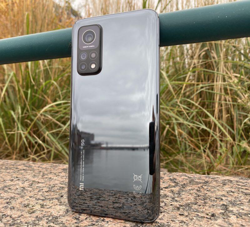 Xiaomi Mi 10T Pron designissa hallitsevia elementtejä ovat lähes peilin tavoin kiiltävä lasipinta ja kookas kamera-alue.