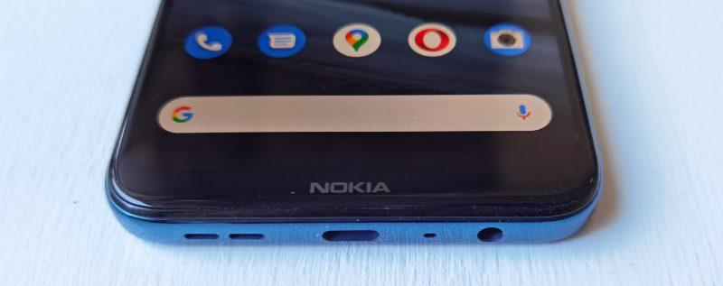 Alhaalla ovat ainut kaiutin, USB-C-liitäntä ja kuulokeliitäntä. Näytön alareunusta koristaa vanha tuttu Nokia-logo.