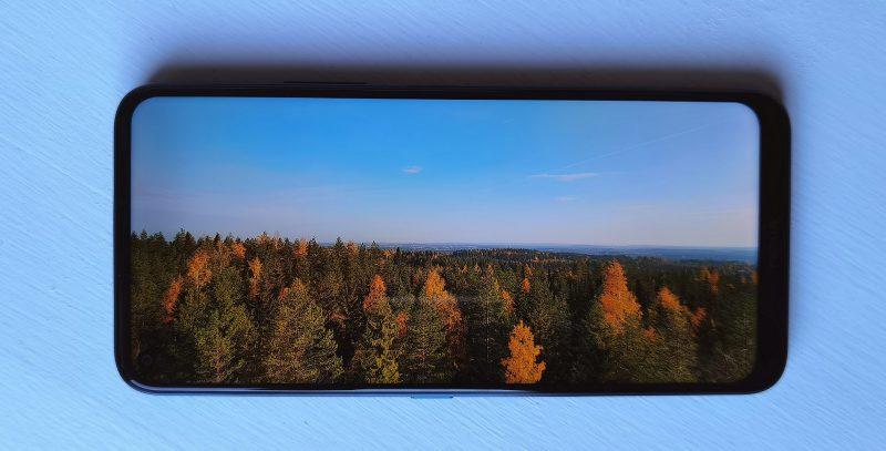 Suurelta 6,81 tuuman näytöltä on ilo katsella vaikkapa maisemia.