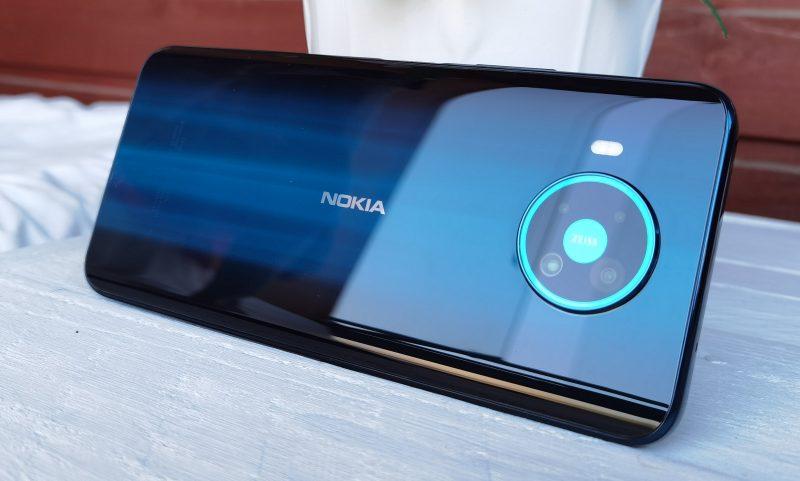 Takaa Nokia 8.3 5G on pelkistetyn tyylikäs.