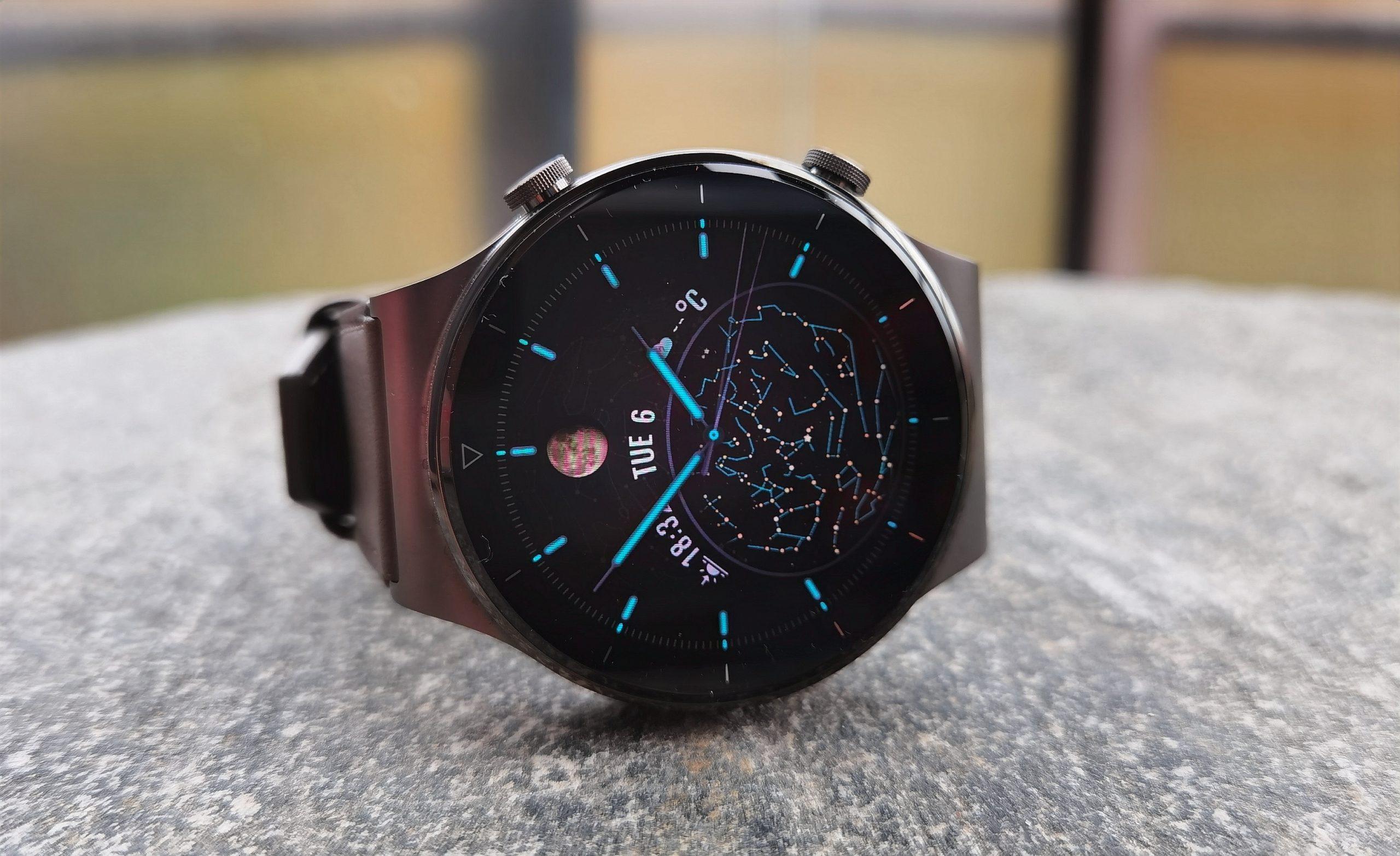 Kellotauluja Watch GT 2 Prossa on valittavissa satoja. Kuvassa Yöaika-taulu.