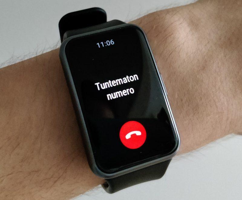 Saapuvan puhelun voi hylätä Watch Fitillä, mutta muihin ilmoituksiin reagoiminen ei onnistu.