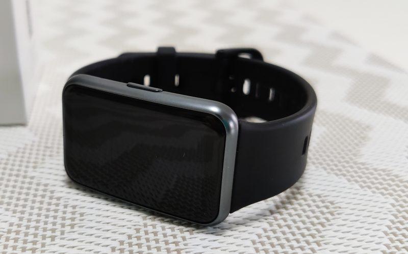 Huawei Watch Fit on ulkoisesti Apple Watchin oloinen, mutta pitkulaisempi.