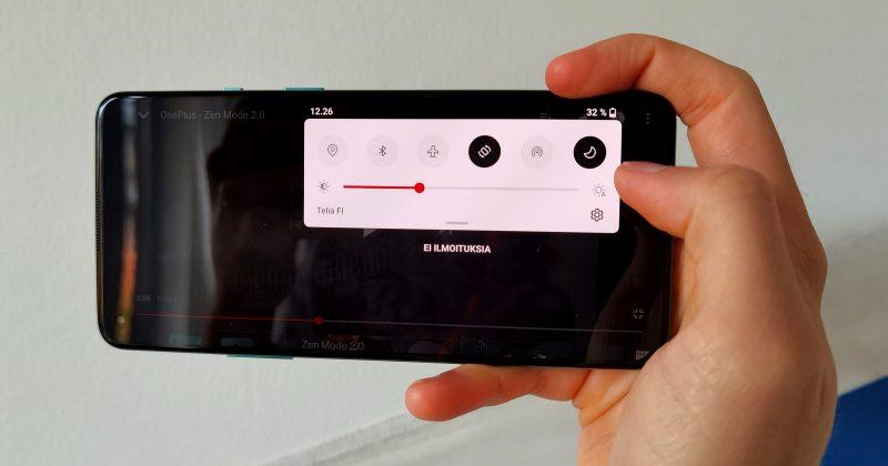 Panostus yhden käden käyttöön näkyy esimerkiksi videoita toistettaessa. Ilmoitusvalikko laskeutuu sinne, mistä sen alas pyyhkäisee.