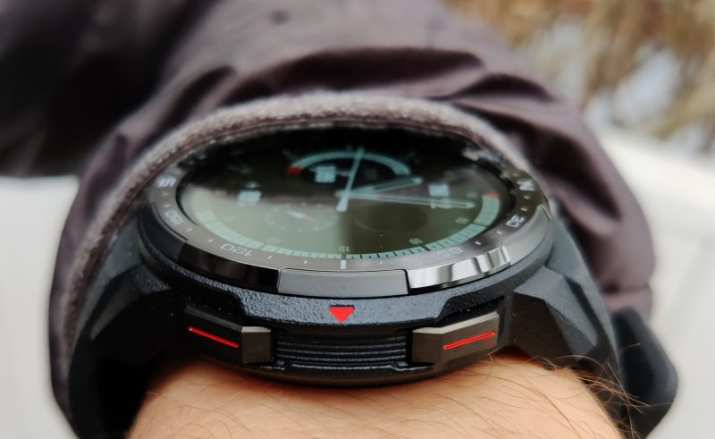 Honor Watch GS Pron kellotaulu on melko paksu.