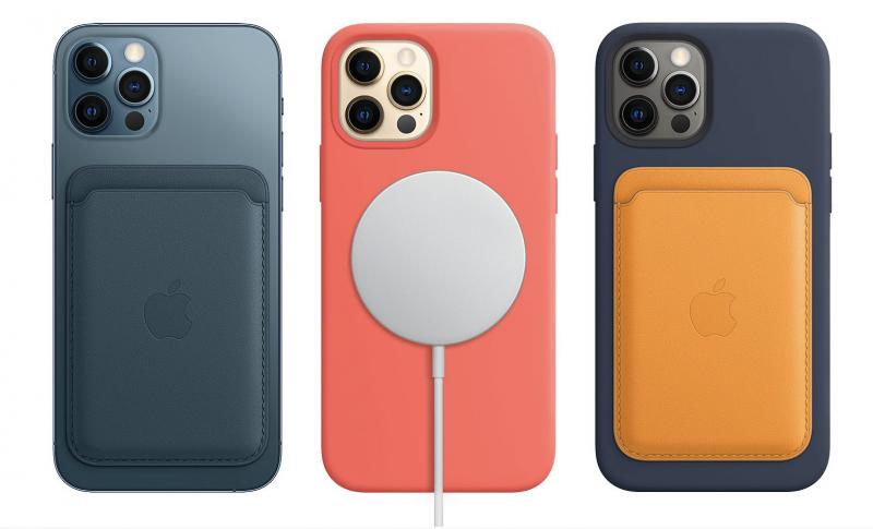 Sivuilla Applen uusi magneetilla kiinnittyvä nahkalompakko, keskellä MagSafe-laturi kiinnittyneenä silikonikuorella varustettuun iPhone 12 Pro -malliin.