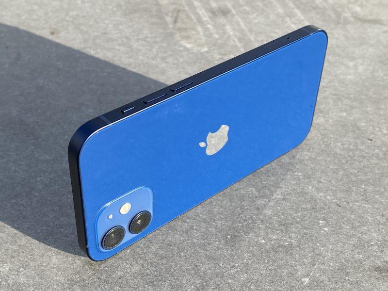 Sininen iPhone 12.