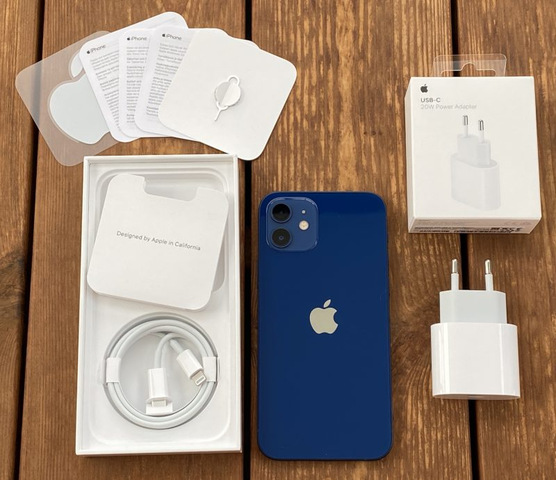 iPhone 12:n myyntipakkauksesta löytyy vain USB-C-Lightning-kaapeli. 20 watin Apple-laturi myydään erikseen.