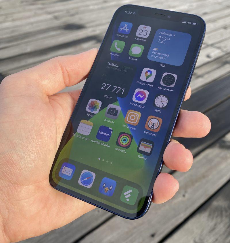 Myös iPhone 12 on nyt varustettu OLED-näytöllä, joka on myös tarkempi kuin iPhone 11:n LCD-näyttö. Parannus on kokonaisuutena erinomainen.