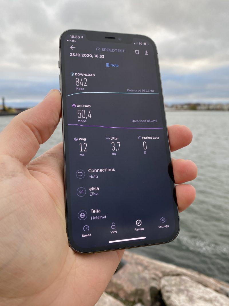 842 Mbit/s -nopeus iPhone 12 Prolla 5G-verkossa Helsingin Jätkäsaaressa.