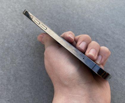 Sormenjäljet näkyvät iPhone 12 Pron teräsrungon kiiltävissä kyljissä selvästi.