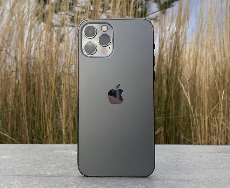 Takapinta on iPhone 12 Prossa edelleen mattapintainen.