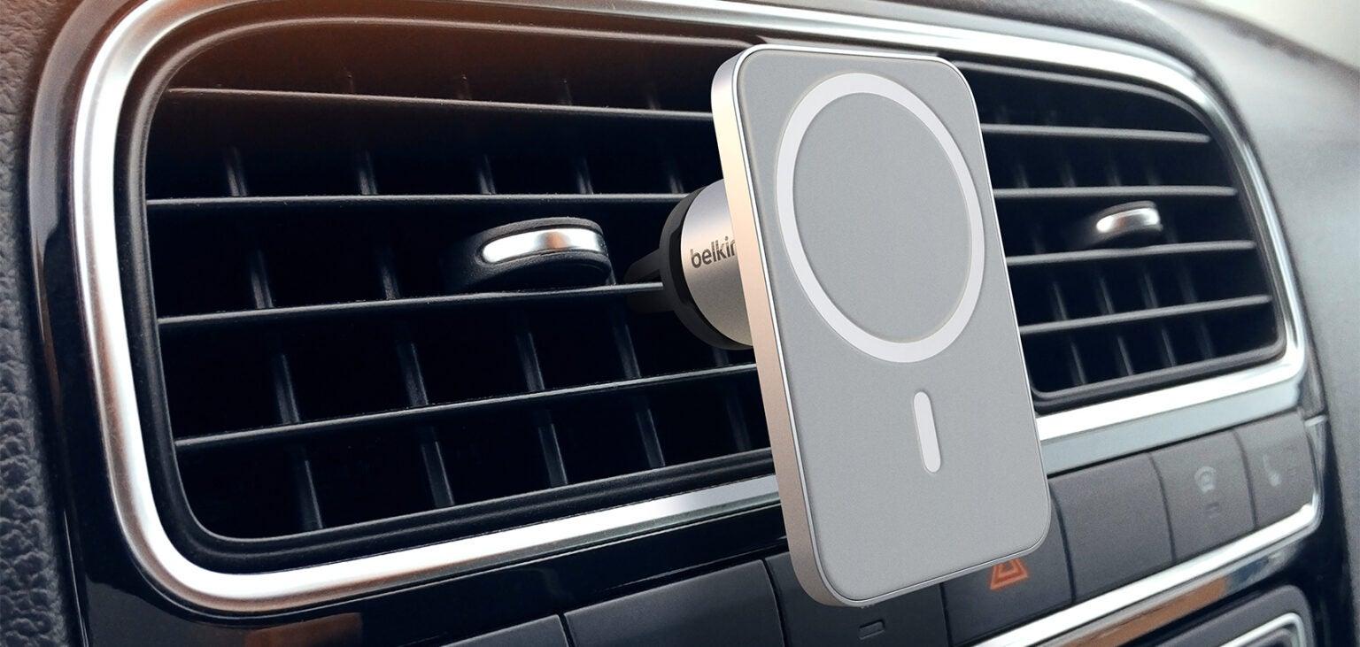 Belkinin MagSafe-pidike auton ilmastointiaukkoon.