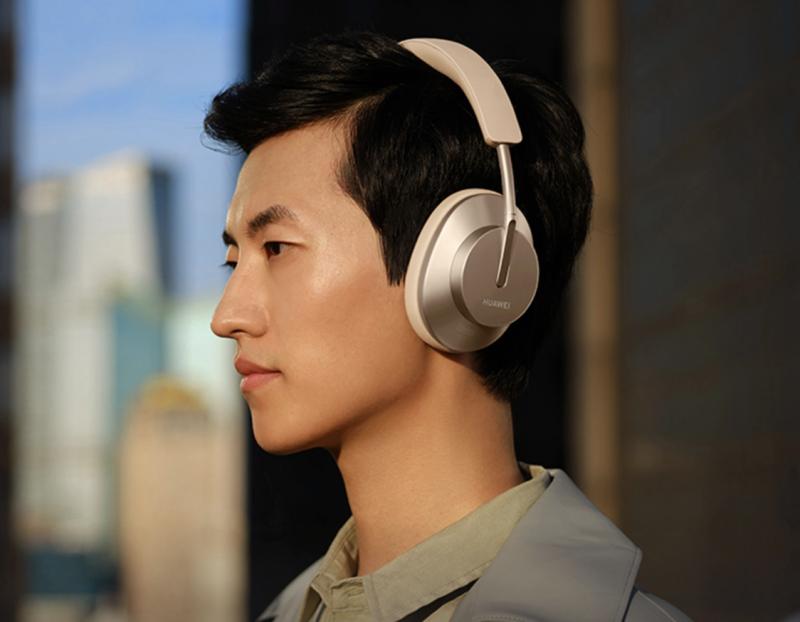 Huawei FreeBuds Studio -kuulokkeet Blush Gold -värissä.