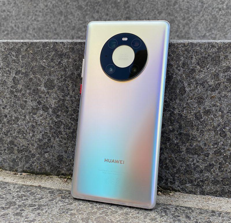 Huawei Mate40 Pron lasipinta heijastelee tyylikkäästi valoa eri väreissä. Kamerakohouman muotoilu on massasta erottuva.