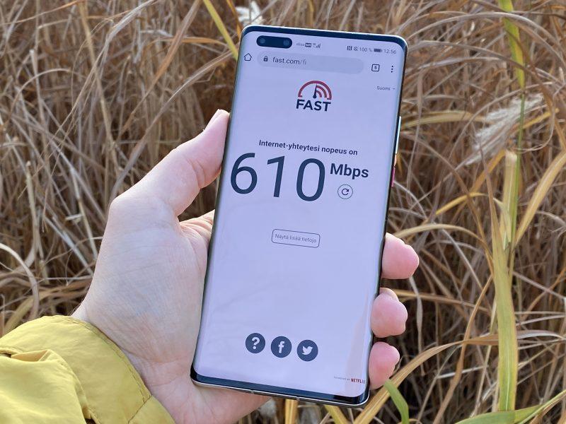 Esimerkki 5G-latausnopeuksista Huawei Mate40 Prolla Helsingin Jätkäsaaressa Elisan 5G-verkossa.