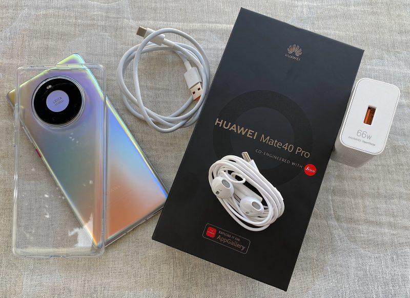 Mate40 Pron myyntipakkauksessa on läpinäkyvä suojakuori, USB-C-liittimelliset kuulokkeet sekä 66 watin Huawei SuperCharge -pikalaturi ja -latauskaapeli.