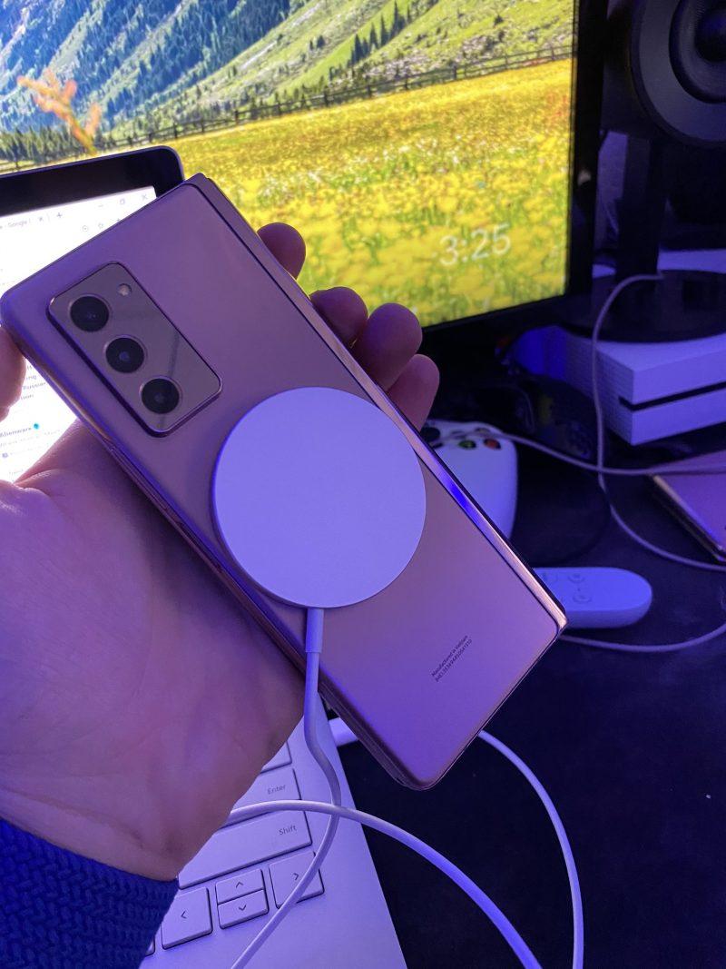 Applen MagSafe-laturi kiinnittyy myös Samsungin Galaxy Z Fold2:een. Kuva: Max Weinbach.