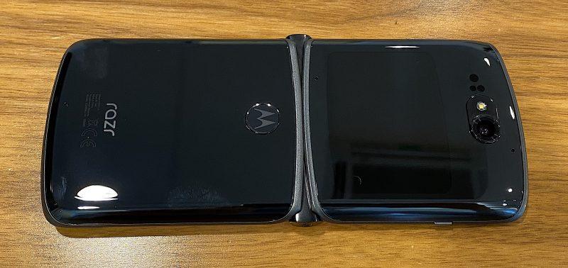 razr 5G on nyt taurazr 5G on nyt taustaltaan lasia. Sormenjäljet näkyvät helposti kiiltävässä mustassa lasipinnassa. Sormenjälkilukija on nyt sijoitettu taakse, mikä vaikuttaa hyvältä muutokselta.staltaan lasia. Sormenjäljet näkyvät helposti kiiltävässä mustassa lasipinnassa.