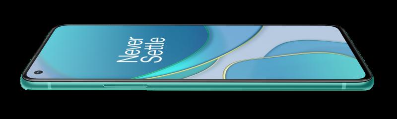 OnePlus 8T:n näyttö on tasainen, mutta reunukset ovat pienikokoiset.