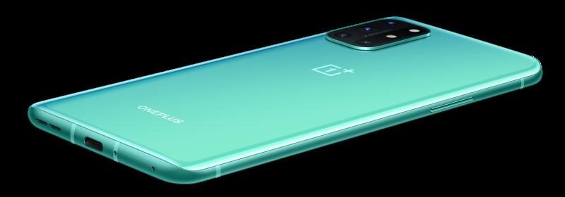 OnePlus 8T:n Aquamarine Green -värivaihtoehto on viimeistelty valoa heijastavalla efektillä, minkä kerrotaan vähentävän myös sormenjälkien näkymistä kiiltävässä pinnassa.