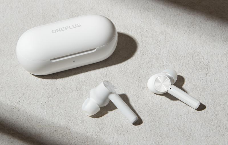 OnePlus Buds Z -kuulokkeet ja latauskotelo.
