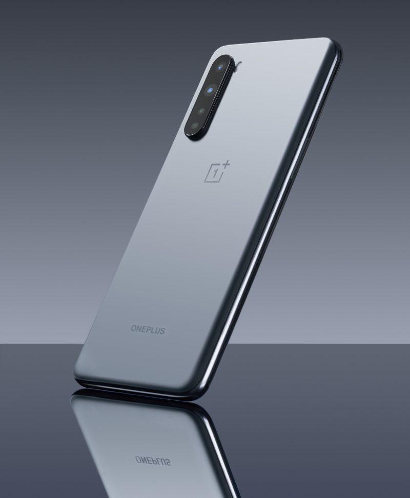 OnePlus Nordin Gray Ash -värin takalasi on viimeistelty mattapintaiseksi.