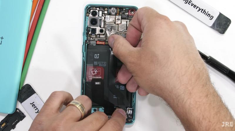 Kurkistus OnePlus 8T:n sisään.