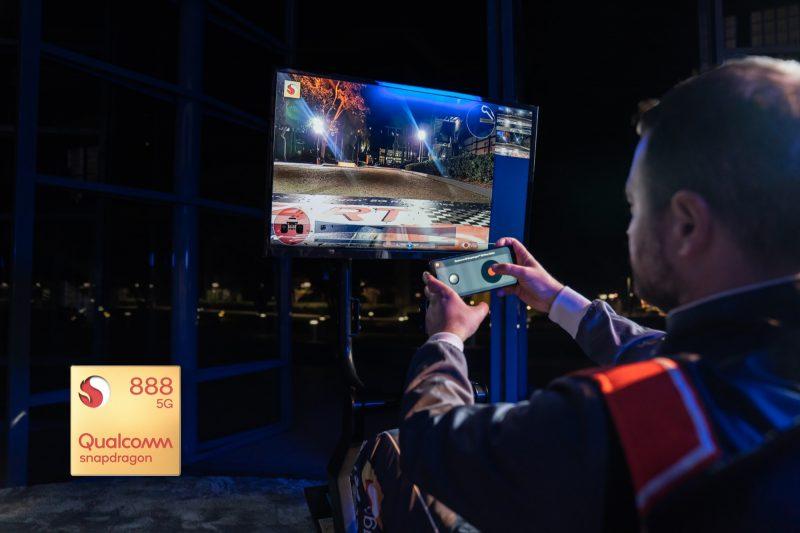 Qualcomm esitteli Snapdragon 888 -piiriä 5G-verkon yli kauko-ohjattavien pienoisautojen kanssa.