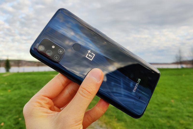 OnePlus on muovirakenteinen, ja takakuori heijastaa valoa näpsäkästi.