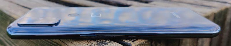 Oikealla on virtapainike. Erillistä profiilikytkintä ei tässä OnePlus-mallissa ole.