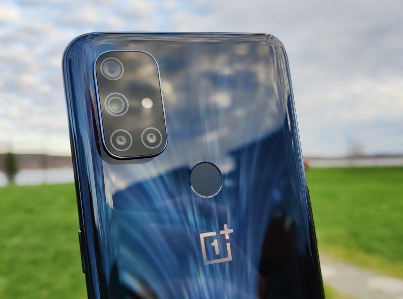 OnePlus Nord N10 5G:n sormenjälkilukija on takakuoressa.
