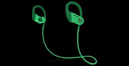 Powerbeats-kuulokkeiden uusi AMBUSH-erikoisversio loistaa pimeässä.