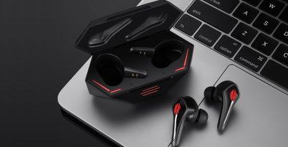RedMagic Cyberpods -kuulokkeet ja -latauskotelo.