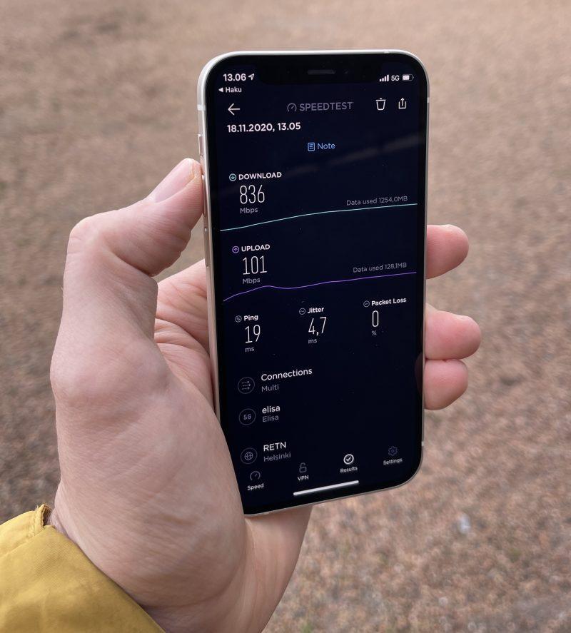 Tavanomainen 5G-nopeustesti iPhone 12 minillä: 836 Mbit/s -latausnopeus.