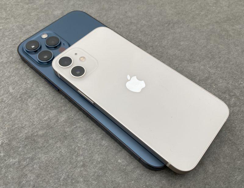 Alla iPhone 12 -malliston suurin iPhone 12 Pro Max ja päällä pienin iPhone 12 mini.