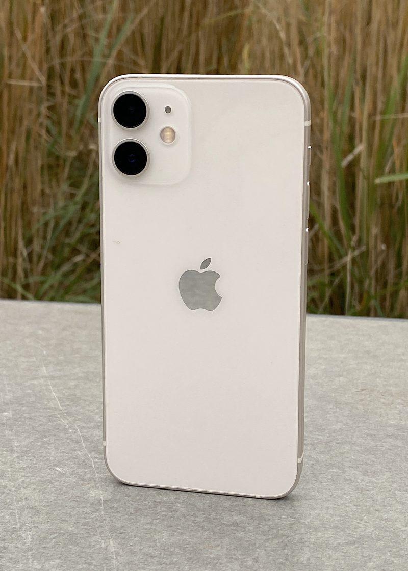 iPhone 12 mini on kuin iPhone 12 pienemmässä koossa.