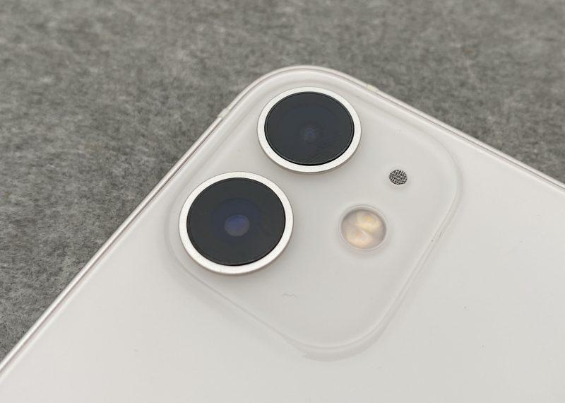 iPhone 12 minissä on pää- ja ultralaajakulmakamerat.